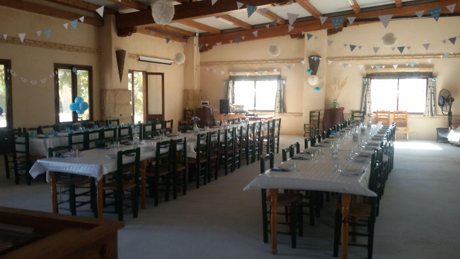 Interiori del salón de celebraciones del complejo rural cinco soles de murcia