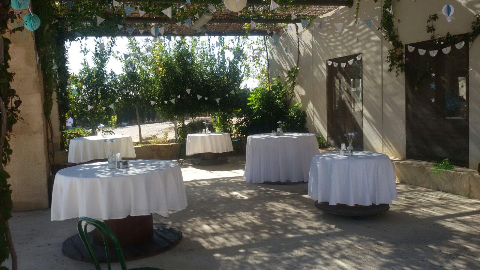 Terraza del salón de celebraciones del complejo rural cinco soles de murcia en una boda