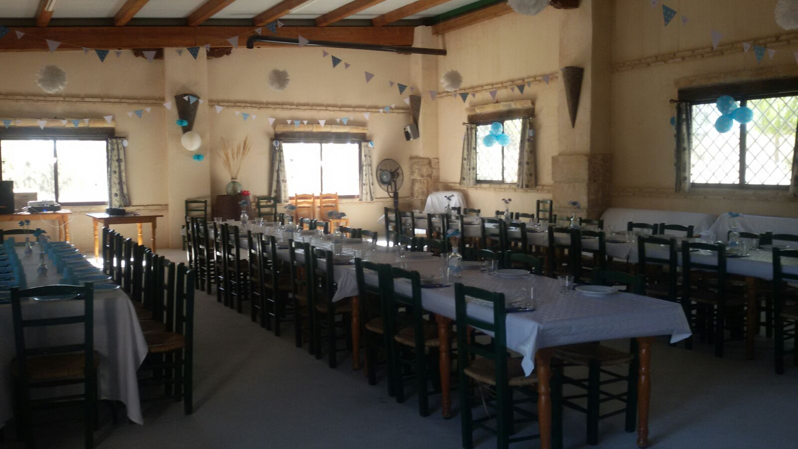 Interior del salón de celebraciones del complejo rural cinco soles de murcia en una boda