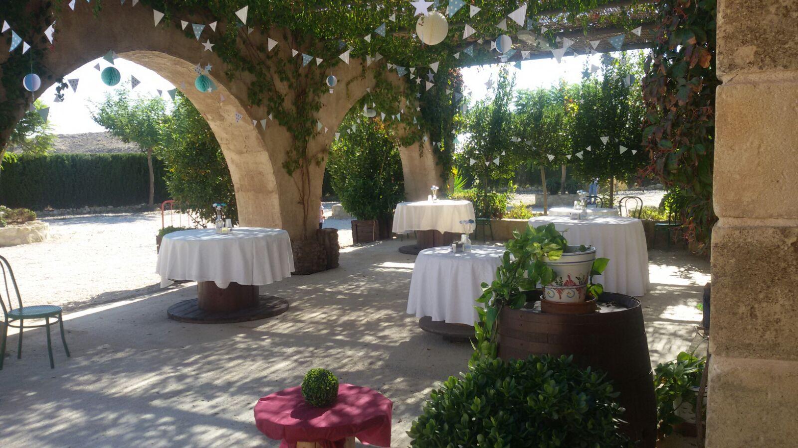 Terraza del salón de celebraciones del complejo rural cinco soles de murcia