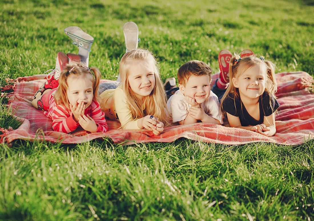 Niños sobre el césped