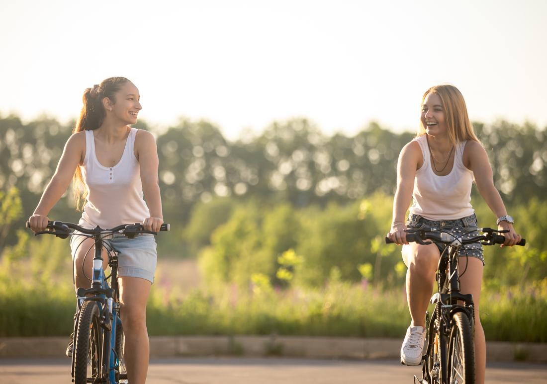 Dos adolescentes haciendo turismo rural