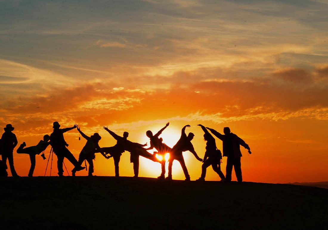 Amigos celebrando despedidas de soltero conjuntas