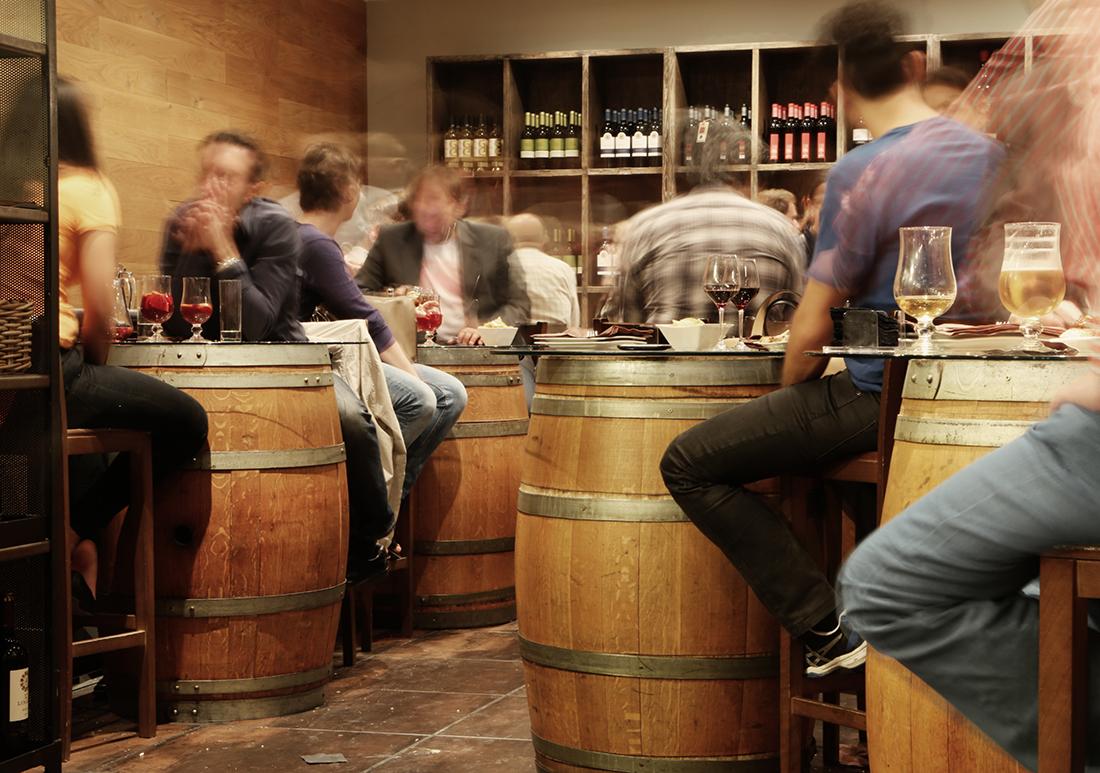 Amigos de tapas por Murcia comiendo los paparajotes y el zarangollo